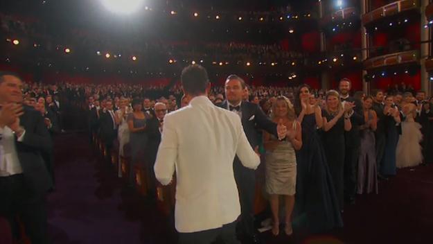 Y entonces... se hunde. Y Leo se ve forzado a dar un abrazo a Matthew.