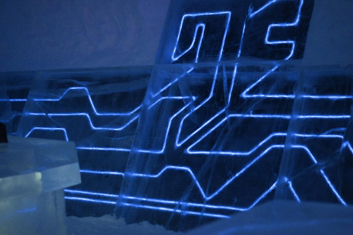 Dormitorio de hielo que recrea la película Tron
