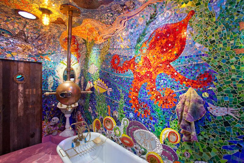 Baño convertido en el submarino amarillo de Los Beatles con toques de Gaudí