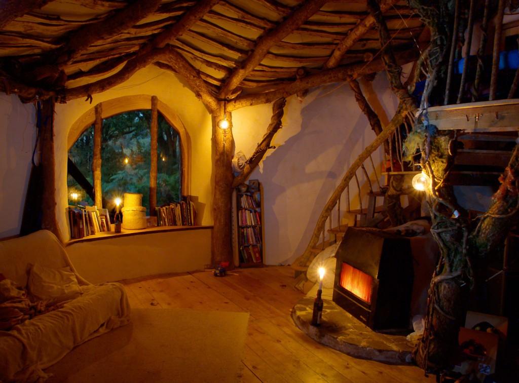 Interior de la casa natural que recrea el Hobbit