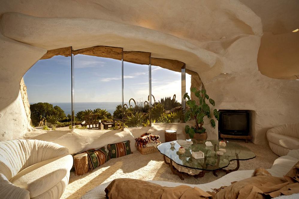 Interior de una casa de piedra transformada en los Picapiedra
