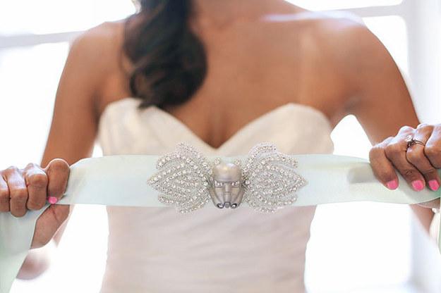 La novia llevó este cinturón de inspiración Stormtrooper a la recepción.