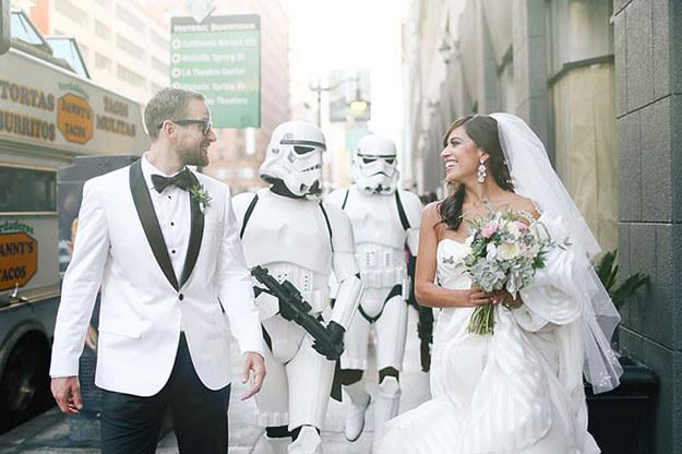 Así que la pareja tuvo escolta imperial de los Stormtroopers para su boda.