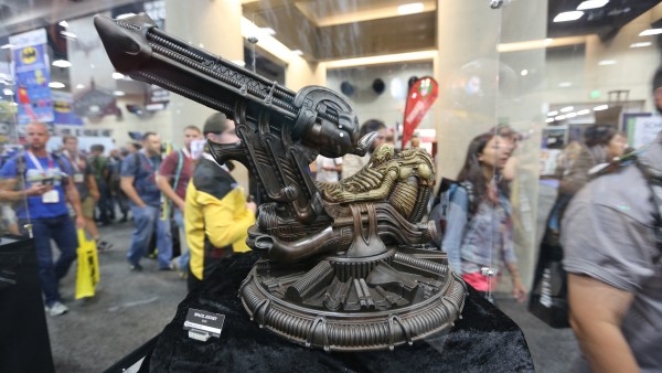 alien-hot-toys-sideshow-collectibles-booth-picture-comic-con