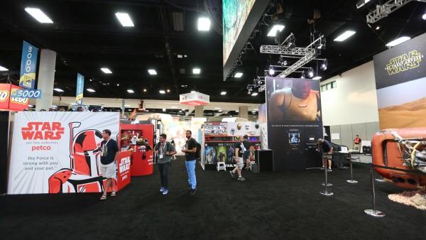 comic-con-2015-convention-floor-picture-image (103)