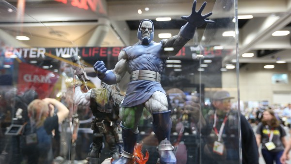 darkseid-hot-toys-sideshow-collectibles-booth-picture-comic-con (47)