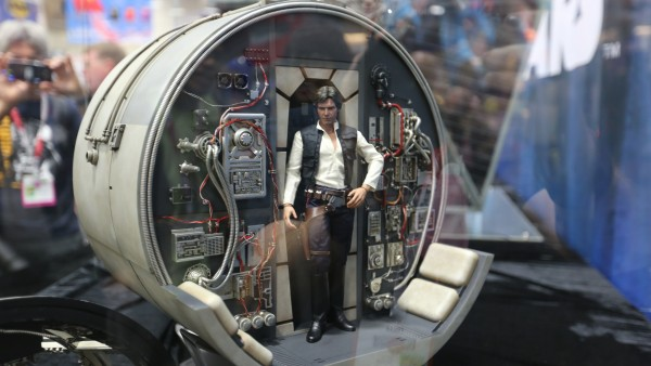 millennium-falcon-cockpit-hottoys-sideshow-picture (2)