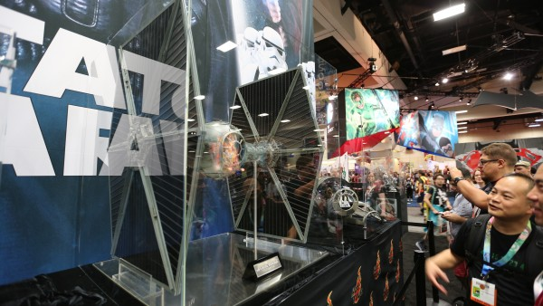 tie-fighter-hot-toys-sideshow-picture (1)