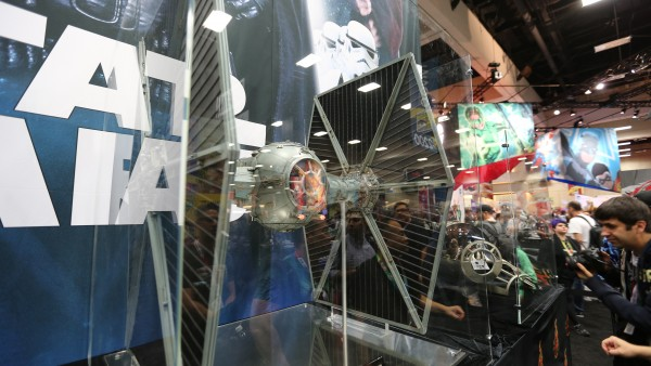 tie-fighter-hot-toys-sideshow-picture (4)