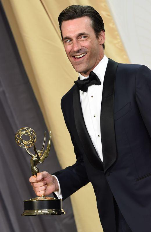 Jon Hamm posa con su Emmy a mejor actor