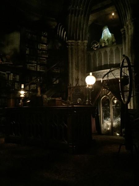wizarding-world-of-harry-potter-headmasters-office-4