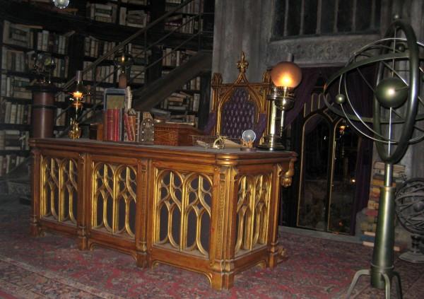 wizarding-world-of-harry-potter-headmasters-office