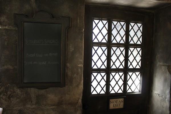 wizarding-world-of-harry-potter-hogs-head-4