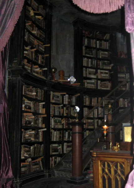 wizarding-world-of-harry-potter-headmasters-office-2